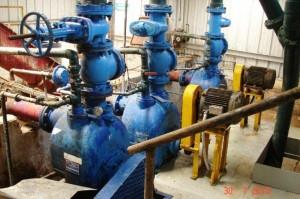 equipo-bombeando-aguas-residuales-de-grasa-de-animales-en-plantel-noraves.jpg